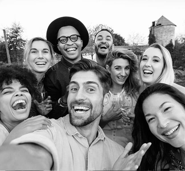 Groupe de personnes tout sourire
