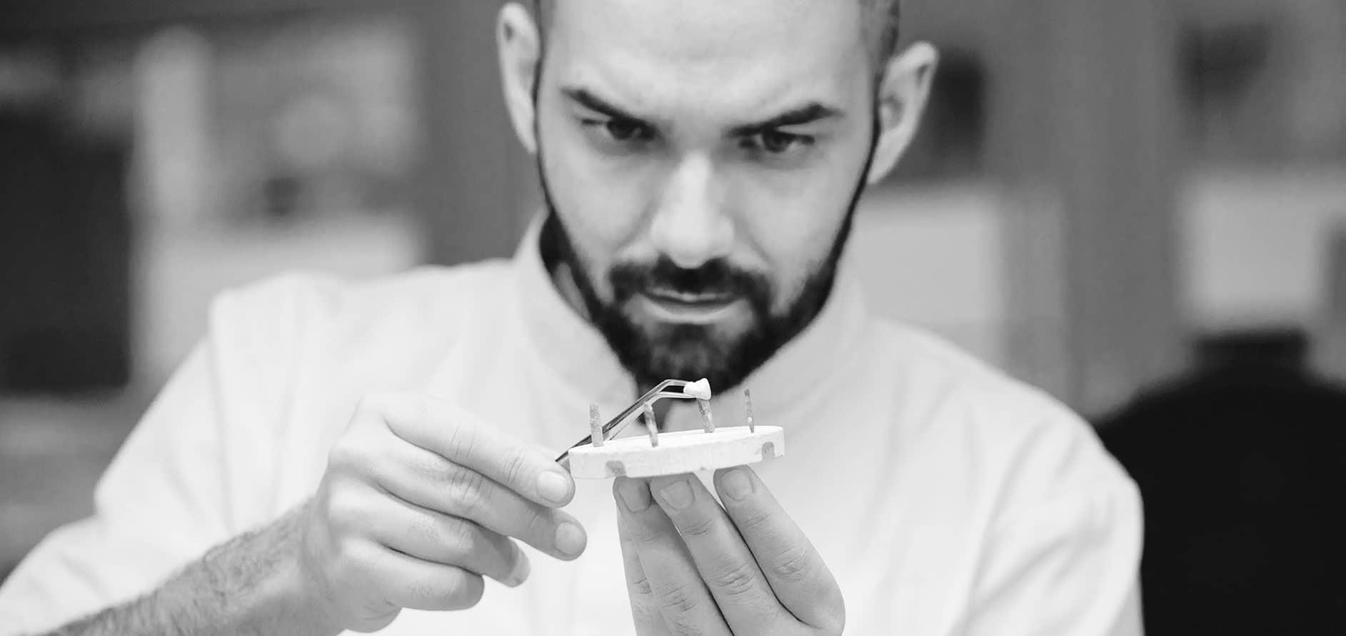 Dentiste fabricant une prothèse dentaire